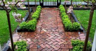 LIEBE das schwarze Eisentor & Zaun mit Bäumen & Pflastersteinen #backyardgarden...