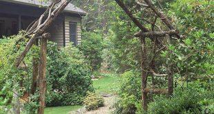 Einfache Pergola schafft eine Aussicht, die einem kleinen Garten ein großartige...