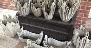 Originelle Basteltöpfe im Garten aus Zement und alten Kleidern