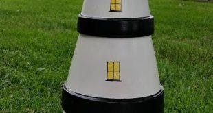 Der Leuchtturm, den ich aus Terrakottatöpfen und Untertassen mit einem Solarlicht im ...
