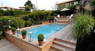 Ein halb begrabener Pool mit einem Entspannungsbereich am Boden und einigen Kräutern ringsum...