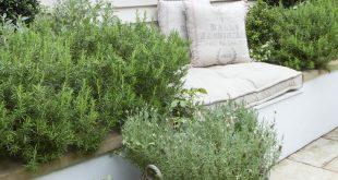 Ich liebe die Idee, Körbe aus weichgrauem Rattan zum Pflanzen zu verwenden. Diese haben