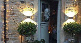 Pretty winter garden – porch #curbappeal #lights #garden #welcoming #christmas